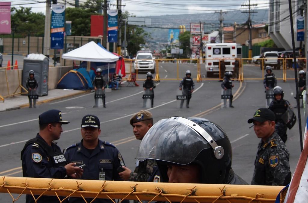 En la carretera adyacente al Palacio Presidencial, la policía bloquea la entrada a un parte de la huelga de hambre pacífica, que exige la renuncia del presidente. Los huelguistas están en la carpa de la izquierda