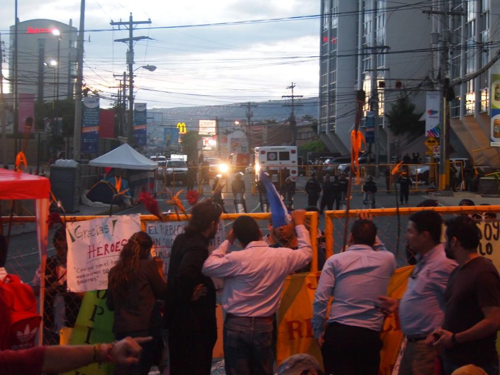 Noche comienza a caer sobre el cordón policial, la huelga de hambre y las Antorchas, en espera de la movilización de masas de mañana